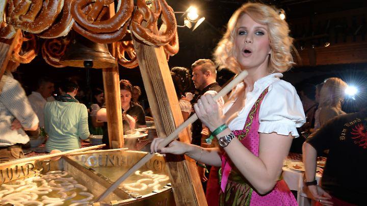 Stars und Sternchen wie Model Monica Ivancan rühren im Stanglwirt im Weißwurstkessel.