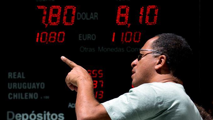 Der argentinische Peso verliert zum Dollar und zum Euro deutlich an Wert.