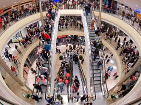 In deutschen Kaufhäusern ist viel los.