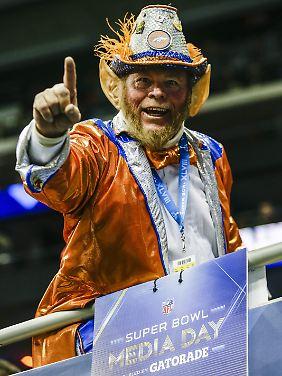 Dieser sympathische junge Mann ist Fan der Denver Broncos.