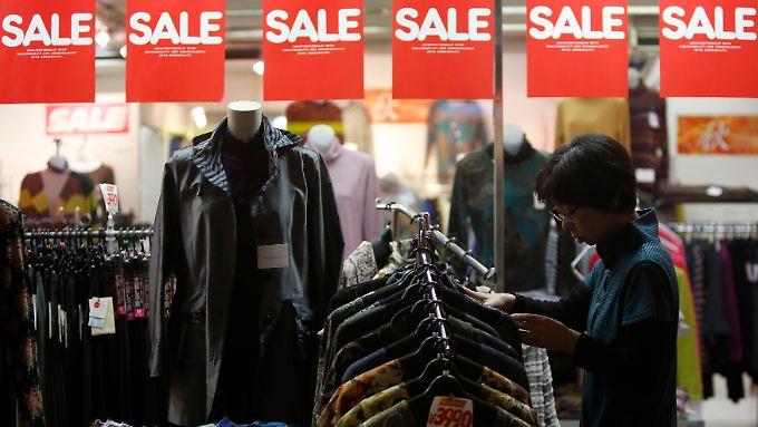 Japans Regierung hofft, dass höhere Löhne den Konsum ankurbeln.