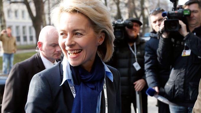 Unter Männern: Verteidigungsministerin Ursula von der Leyen bei ihrer Ankunft in München.