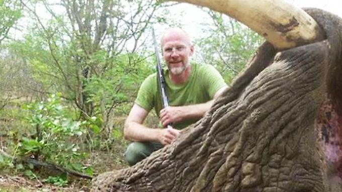 Artenschutzbeauftragter auf Elefantenjagd: Umweltbeamter brüstet sich mit Großwild-Trophäe