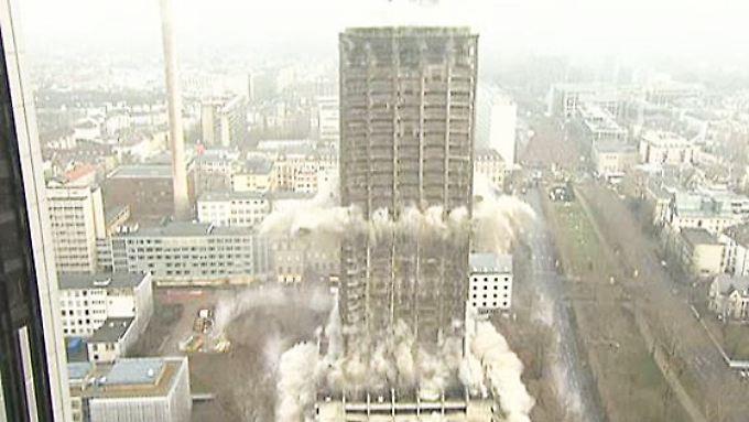 116 Meter hoher Uni-Turm am Boden: Rekordsprengung verläuft reibungslos