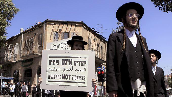 """Mitglieder der Sekte """"Neturei Karta"""" demonstrieren in Jerusalem (Archivbild)."""