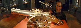 """Hübsch, aber geldpolitisch wertlos: Diese Nachbildung eines historischen Geschütz' steht in Nürnberg im Museum als Beispiel für """"Goldschmiedekunst aus Meisterhand""""."""