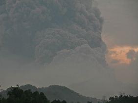Nach sieben Jahren Ruhe ist der Vulkan Kelud wieder aktiv.