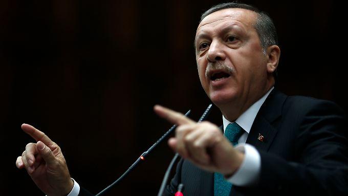 Der türkische Premier Erdogan will die Hizmet-Bewegung seines einstigen Verbündeten Gülen ausschalten.