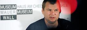 Bulatow im Mauermuseum Checkpoint Charlie. Dort hatte sich Ende Dezember auch der Kreml-Kritiker Michail Chodorkowski erstmals nach seiner Freilassung aus einem russischen Straflager öffentlich geäußert.