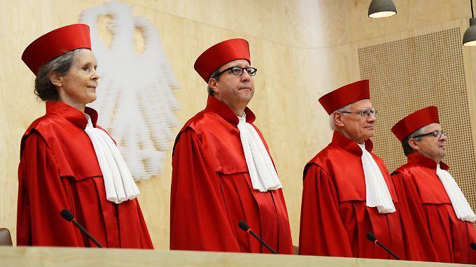 Präsident Voßkuhle (2.v.l.) und seine Kollegen des zweiten Senats des Bundesverfassungsgerichts.