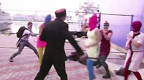 Skandal-Video aus Sotschi: Kosaken schlagen auf Mitglieder von Pussy Riot ein