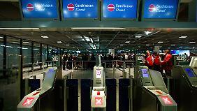 Nichts geht mehr: Der Frankfurter Flughafen fertigt nur noch umsteigende Passagiere ab.