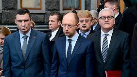 Elmar Brok (2.v.r.) war bereits von Mittwoch bis Freitag in Kiew - das Bild zeigt ihn mit Außenminister Steinmeier und den Oppositionspolitikern Vitali Klitschko (l.) und Arseni Jazenjuk (M.).
