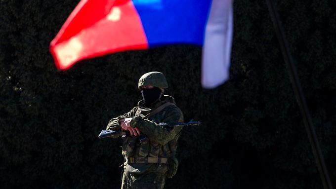 Ein mutmaßlich russischer Soldat vor dem Gebäude des Ministerrats in Simferopol, der Hauptstadt der Krim.