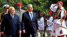 Gauck und der griechische Präsident Karolos Papoulias beim offiziellen Empfang des Bundespräsidenten in Athen.