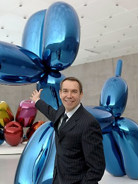 """US-Künstler Jeff Koons vor seiner Arbeit """"Balloon Dog""""."""