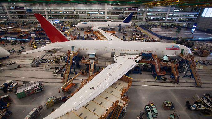 """Arbeit an einem für die Air India bestimmten """"Dreamliner"""" in Charleston/South Carolina."""