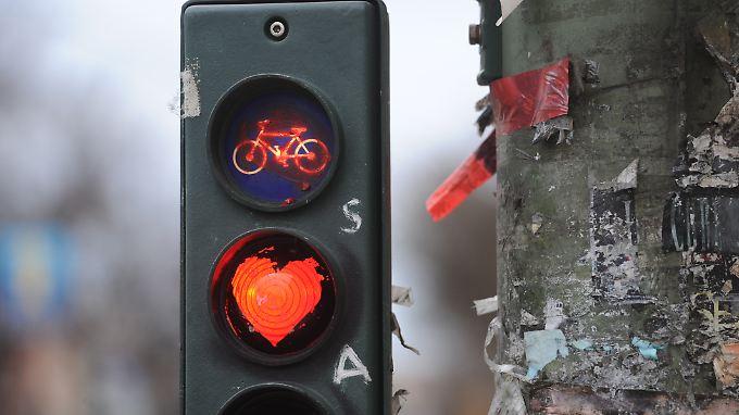 Gibt es keine eigenen Radfahrerampeln sind die Ampeln für den Fließverkehr maßgebend, nicht die für Fußgänger.