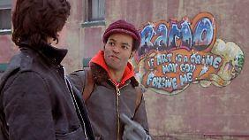 Kenny (r.) und Ramon bewundern ein neues Graffiti.