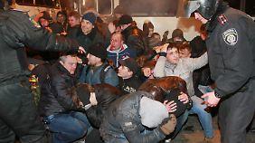 Schwere Unruhen in der Ukraine: Prowestlicher Demonstrant stirbt bei Straßenkämpfen