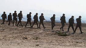 Ukrainische Soldaten bereiten sich in einem Manöver auf eine russische Invasion vor.