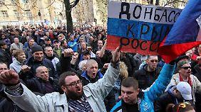 Demonstranten in Donezk fordern ein Referendum auch für ihre Stadt.