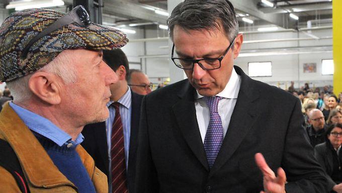 Haben keine guten Nachrichten für die Bbelegschaft: Insolvenzverwalter Arndt Geiwitz (r) und Weltbild Betriebsratschef Peter Fitz bei der Betriebsversammlung.
