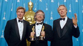 Harrison Ford, Steven Spielberg und Harrison Ford bei der 66. Oscar-Verleihung 1994.