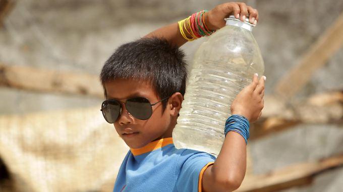 In vielen Ländern müssen Menschen große Mühen und weite Wege auf sich nehmen, um an Wasser zu kommen, wie dieser Junge auf den Philippinen.