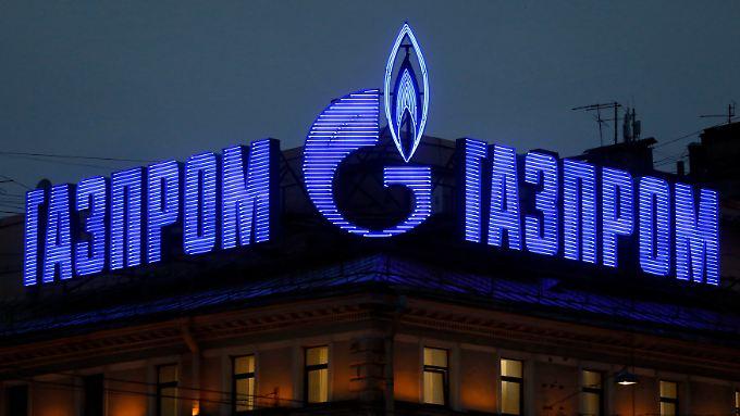Gazprom-Werbung auf einem Dach in St. Petersburg.