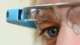 Der Brillenhersteller Luxottica soll helfen, die Datenbrille Google Glass auf den Massenmarkt einzuführen. Foto: Jens Kalaene