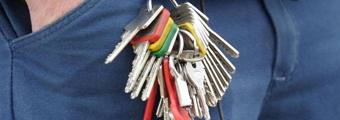 Wer Schlüssel verliert und es dem Vermieter nicht meldet, kann spätestens beim Auszug Ärger bekommen.
