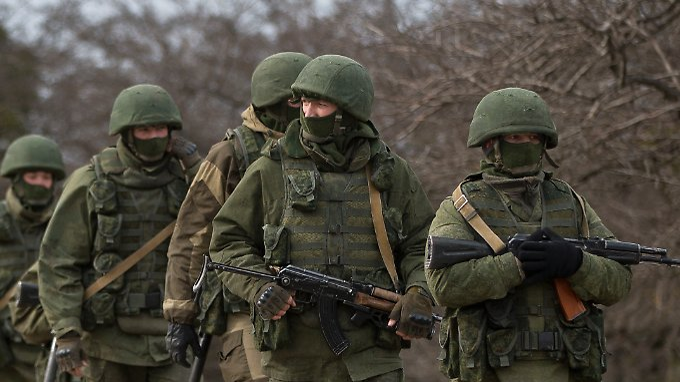 """Bewaffnete Männer auf der Krim. Bei ihnen handelt es sich wohl um russische Soldaten - der Kreml spricht dagegen von """"Selbstverteidigungskräften"""""""