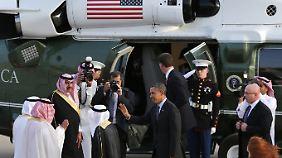 """Ein Wink zum Abschied, der Präsidentenhubschrauber """"Marine One"""" wartet: Barack Obama verabschiedet sich von den Saudis, um mit dem Kremlchef zu sprechen."""