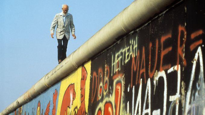 """Als """"Mauerläufer"""" wurde er bekannt: John Runnings 1986 bei einem Balanceakt auf der Berliner Mauer."""