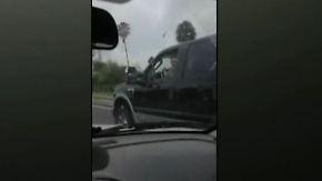 Autofahrerin filmt Missgeschick: Drängler schleudert in Verkehrsinsel