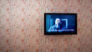 """""""Seine Werke sprechen zu uns, durch sie bleibt Ai Weiwei seit langem mit der ganzen Welt in Kontakt."""" (Videoinstallation an einer Wand mit Schuldscheinen)"""