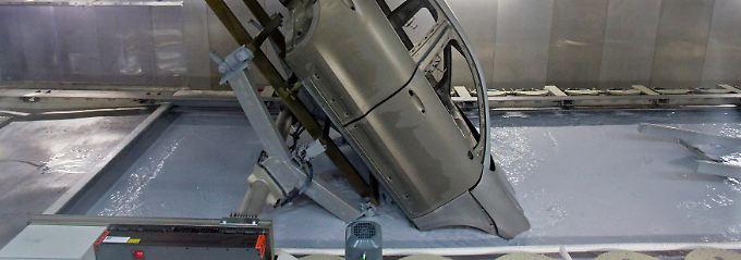 Teil des Produktionsablaufs im Autobau: Am Porsche-Standort Leipzig bekommt die Karosserie eines Macan ihre Beschichtung im Tauchbecken.