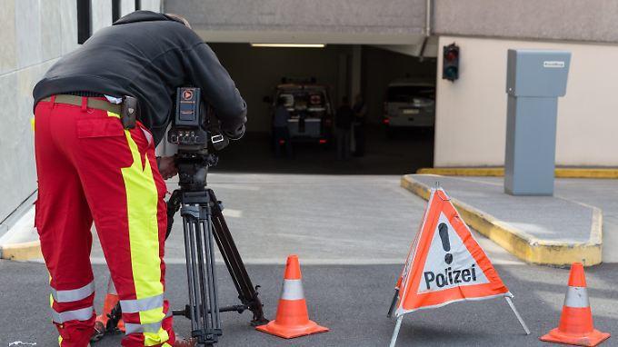 Ein Mitarbeiter der Polizei filmt die Einfahrt zur Tiefgarage der Bank Frick.