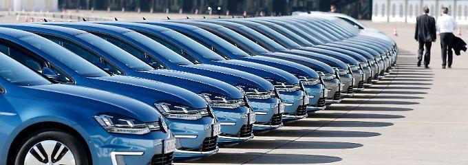 Volkswagen E-Golfs, aufgereiht für die Präsentation der Bilanzpressekonferenz Mitte März in Berlin.