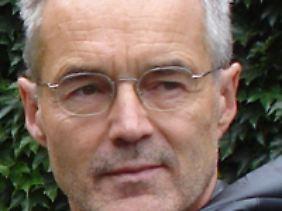 Thomas Bierschenk ist Professor am Institut für Ethnologie und Afrikastudien der Johannes-Gutenberg-Universität Mainz und Vorsitzender der Vereinigung für Afrikawissenschaften in Deutschland.