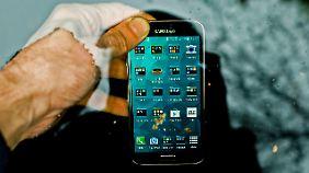 Man soll es zwar nicht tun, aber das Galaxy S5 überlebt ein Wasserbad.