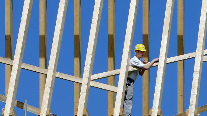Kräftiges Wirtschaftswachstum = sinkende Arbeitslosenzahlen? Der Herbst wird es zeigen.