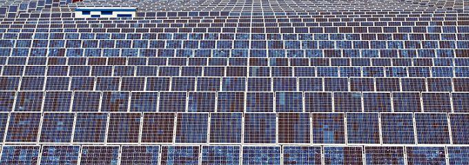 Im Juli gab es mittägliche Solarstrom-Einspeisungen von knapp 10.000 Megawatt - zwei Drittel der Einspeisungen aus Atomkraftwerken.