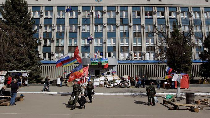 Die Separatisten halten weiterhin Verwaltungsgebäude im Osten des Landes besetzt.