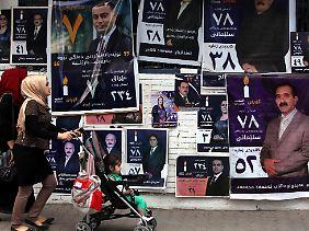 Plakatierte Hauswände in Sulaimanija, Kurdistan. Kaum ein Wähler blickt durch bei den Kandidaten.