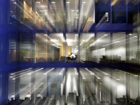"""Seit Großraumbüros in Unternehmen immer beliebter werden, wächst auch das Problem """"Bürolärm""""."""