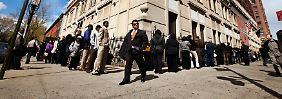 Die Schlangen werden kürzer: Am US-Arbeitsmarkt beobachten Fachleute einen unerwartet kräftigen Stellenaufbau.