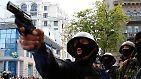 Sie schießen mit Gaspistolen, bewerfen sich mit Steinen, selbstgemachten Granaten und Molotovcocktails.
