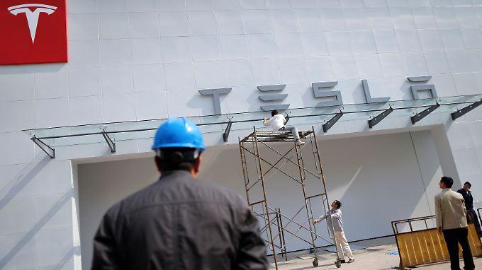 Ein Showroom von Tesla in Schanghai.